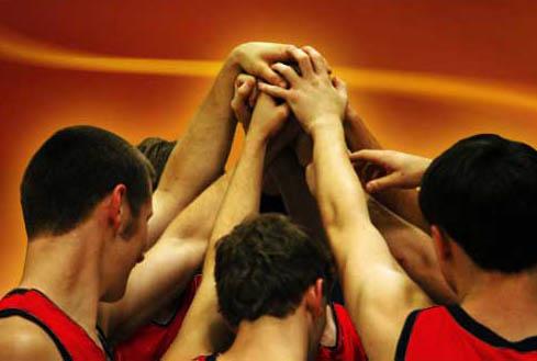 BasketballTeamHuddleImage